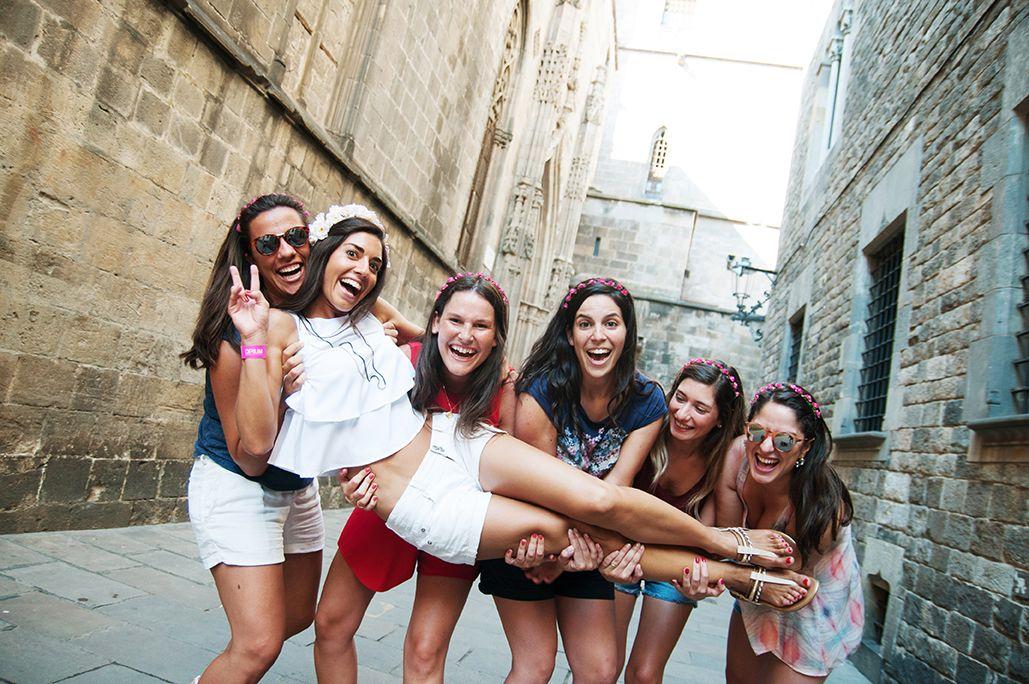 Bachelorette Hen photo shoot in Barcelona by Pickapictour